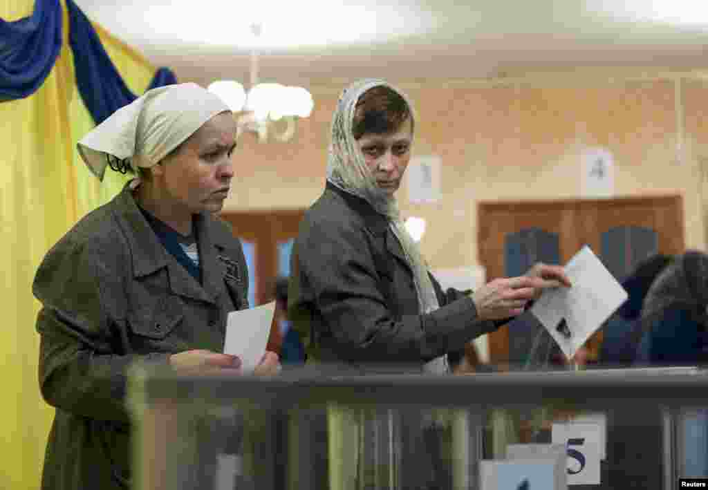 Female inmates cast their votes at the prison in Kharkiv where jailed former Prime Minister Tymoshenko was being held before her health required hospitalization. (REUTERS/Dmitry Neymyrok)