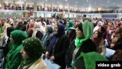 Женщины слушают выступление президента Хамида Каразая на совете старейшн (Лойя-Джирга). Кабул, 21 ноября 2013 года.