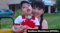 Мальчик из Петропавловска Даниял Саутов с мамой Люцией Саутовой.