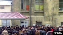 «OVİR»in qarşısında ümumvətəndaşlıq pasportu almaq üçün növbə, 12 dekabr 2007