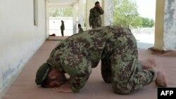 د غزني یو جومات کې افغان سرباز لمونځ کوي