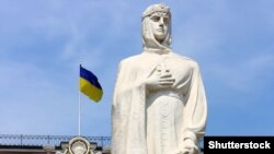Памятник Киевской княгине Ольге, которая в 957 году приняла христианство, посетив Константинополь