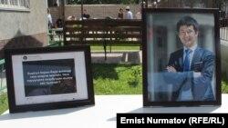 Еске алу шарасына қойылған журналист Уланбек Егізбаевтың портреті. Бішкек, 23 шілде 2018 жыл.