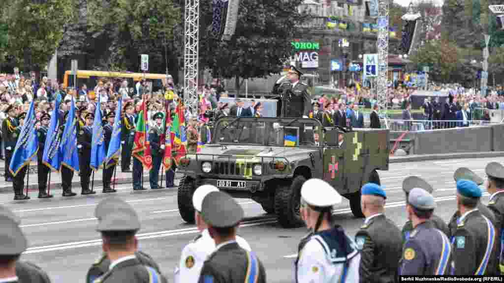 Міністр оборони Степан Полторак виконує об'їзд військ перед початком параду