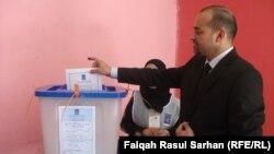 ناخب عراقي يدلي بصوته في مركز إقتراع بعمّان