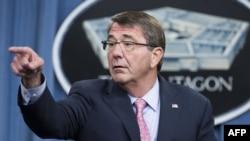 Ashton Carter gjatë një konference për shtyp në Pentagon