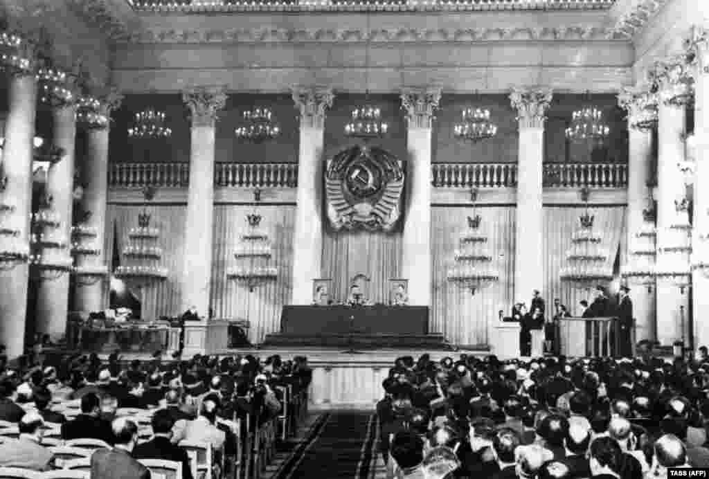 Колонний зал московського Будинку союзів був пишно прикрашений для суду над Пауерсом