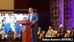 Выступает Омурбек Бабанов, бывший премьер-министр Кыргызстана, председатель партии «Республика – Ата-Журт». Бишкек, 1 июля 2017 года.