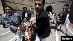 Поранених виносять із місця нападу, Сана, 20 березня 2015 року