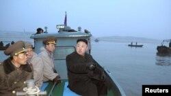 کیم جونگ اون (راست)، رهبر کره شمالی