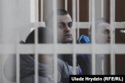 Падсудныя Ягор Скуратовіч, Ягор Бараноўскі, Артур Вяжэвіч (зьлева направа)
