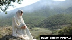 Девушка в горах Чечни. Архивное фото