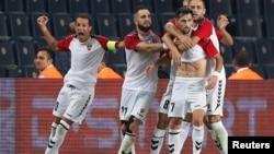 Плеј-офф натпревар во истанбул на кој фудбалерите на ФК Вардар слават гол против Фенербахче. 24.08.2017.