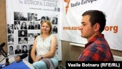 Aurica Chihai şi fiul ei, Victor, în studioul Europei Libere