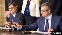 Джейкоб Лью (л) і Олександр Шлапак (п) на підписанні позикових гарантій, Вашингтон, 14 квітня 2014 року