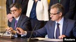 Jack Lew (majtas) dhe Oleksand Shlapak gjatë nënshkrimit të marrëveshjes në Uashington