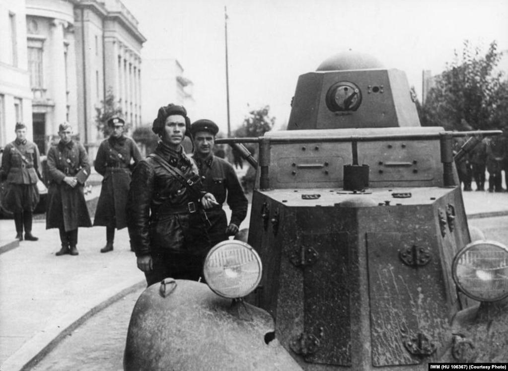 Савецкі камісар Баравіцкі і адзін зь яго вайскоўцаў каля браневіка ў Берасьці.