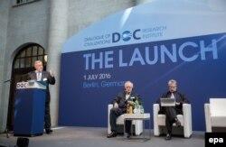 Володимир Якунін (ліворуч) на одному з заходів свого форуму «Діалог цивілізацій», архівне фото