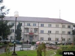Predsednik Opštine Bujanovac (na fotografiji zgrada Opštine) Kamberi kaže kako je Preševska dolina najnerazvijenije deo Srbije