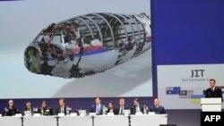 Члени Спільної слідчої групи (JIT), яка розслідує збиття літака «Малайзійських авіаліній» над Донбасом у 2014 році, під час презентації результатів розслідування. Нівегейн, Нідерладни, 28 вересня 2016 року