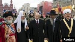 Мәскәүдә Халыклар бердәмлеге көнендә: Тәлгат Таҗетдин (с), патриарх Кирилл, Владимир Путин, Берл Лазар, Равил Гайнетдин. 4 ноябрь 2015