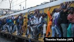 Pretrpani putnički voz u Sowetu u Južnoj Africi, ponedjeljak 16. marta 2020.
