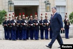 Петр Порошенко по прибытии в Елисейский дворец 21 июня 2016 года