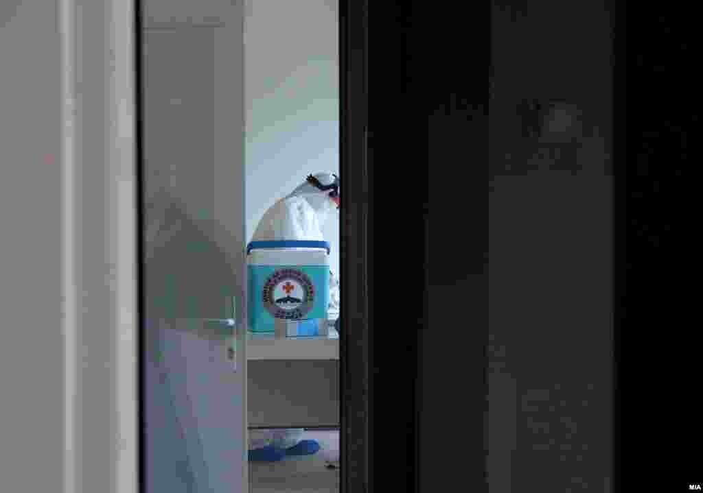 МАКЕДОНИЈА - Министерството за здравство информираше дека пред малку починала 27-годишната родилка од Куманово, која беше позитивна на Ковид-19. Со тоа бројот на починати од Ковид-19 во последните 24 часа се зголеми на 3. Бројот на новозаразени во последните 24 часа е 18, а бројот на излекувани - 5.