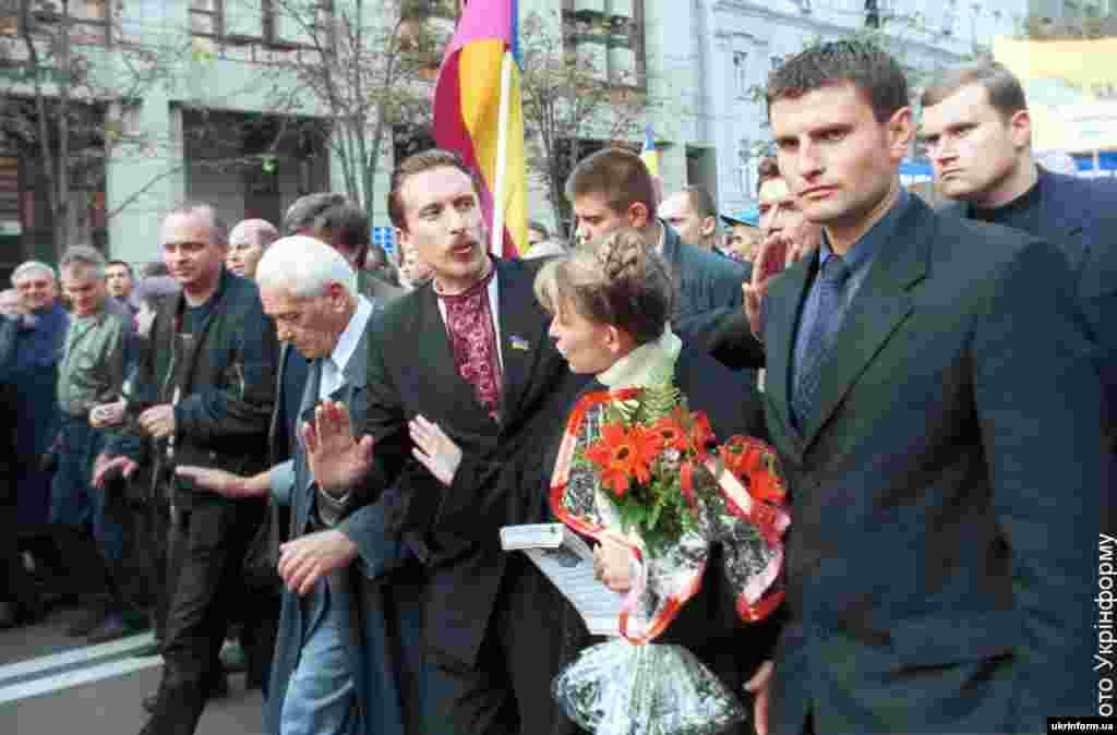 """На акции протеста """"Вставай, Украина!"""", во время которой оппозиция требовала проведения внеочередных выборов и скорейшего ухода в то время президента страны Леонида Кучмы. Киев, 16 сентября 2002 года"""
