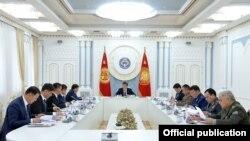 Қырғызстан президенті Сооронбай Жээнбеков Қауіпсіздік кеңесінің отырысын өткізіп отыр. Бішкек, 3 наурыз 2020 жыл.