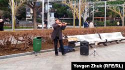 Вуличний музикант на набережній Ялти