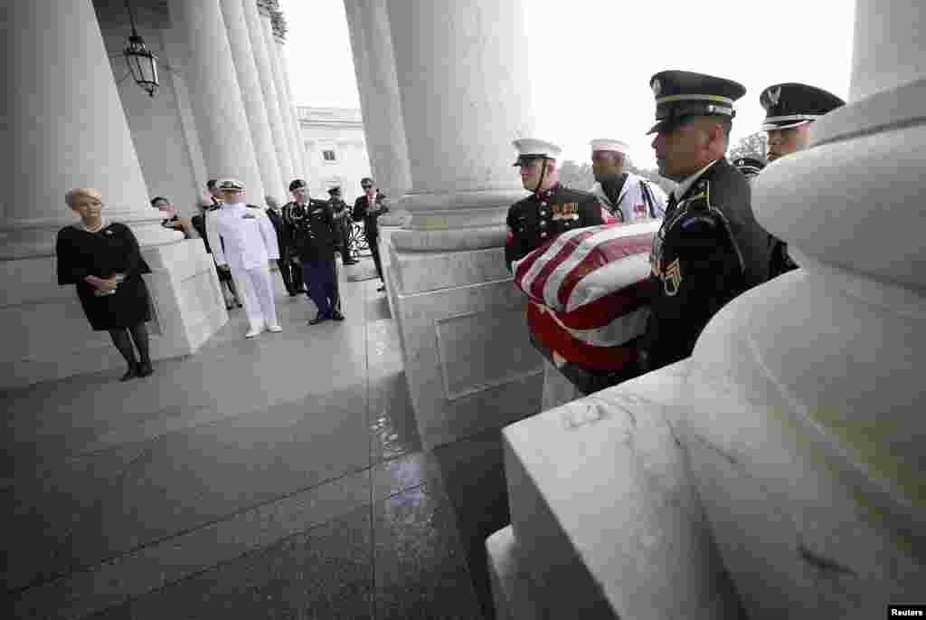 Тіло Маккейна, яке напередодні перебувало в Капітолії США, доставили до Вашингтонського національного собору