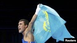 Казахстанский боксер Серик Сапиев несет флаг Казахстана, став олимпийским чемпионом. Лондон, 12 августа 2012 года.