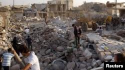 Пошукі загінулых пасьля налёту ўрадавай авіяцыі на горад Азаз (50 кілямэтраў ад Алепа), 15 жніўня, 2012
