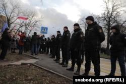 Спэцназаўцы ахоўваюць подступы да будынку амбасады Расеі