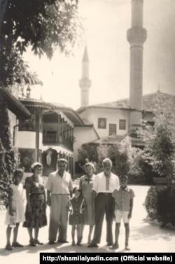 Писатели Шамиль Алядин и Эшреф Шемьи-заде с семьями в Бахчисарае, 1958