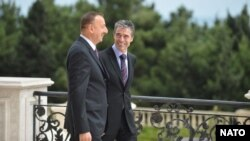 Ադրբեջանի նախագահ Իլհամ Ալիեւ (ձ) եւ ՆԱՏՕ-ի գլխավոր քարտուղար Անդերս Ֆոգ Ռասմուսեն, 7-ը սեպտեմբերի, 2012