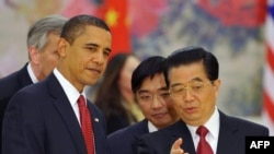 China -- US President Barack Obama (L) and Chinese President Hu Jintao (R) chat during a state dinner at the Great Hall of the People, 17Nov2009