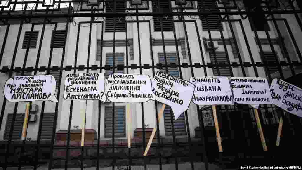 Вимоги активістів під посольством Росії