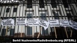 Rusiyeniñ Kyiv elçihanesi ögünde «Putin insanlarnıñ ayatlarını oynata» aktsiyası