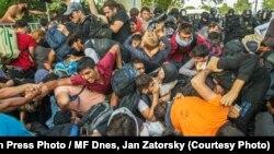 Fotografia anului în 2015, distinsă de Asociația Presei din Cehia, ilustrînd tratamentul migranților la frontiera Ungariei
