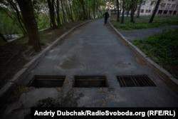 ВІдкриті ями на дорозі біля одного з відділень лікарні
