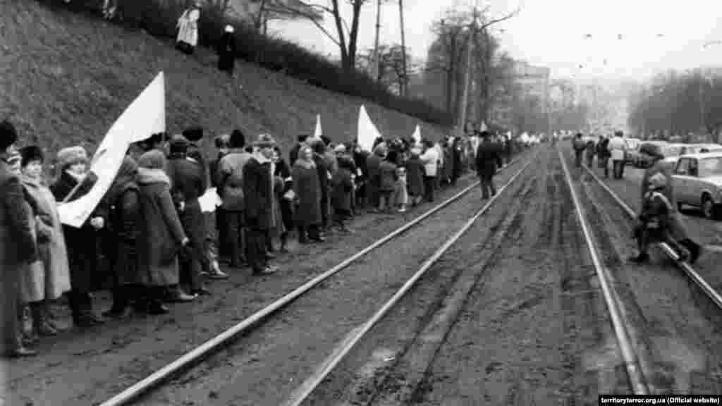 Жители Львова выстроились на Лычаковской улице вдоль трамвайных путей