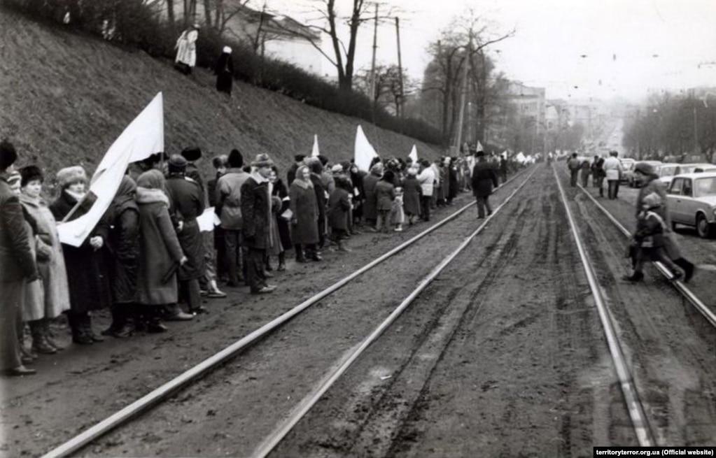 Жителі Львова вишикувалися на Личаківській вулиці вздовж трамвайних колій