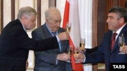 Спикер Совета Федерации Сергей Миронов и председатель парламента Южной Осетии Знаур Гассиев (слева направо) после подписания соглашения о межпарламентском сотрудничестве