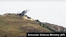 Облако дыма после предполагаемого обстрела армянскими военными Товузского района Азербайджана.
