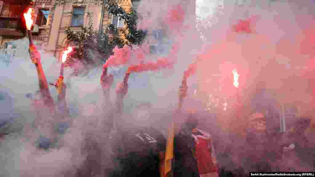 Учасники запалили фаєри і дими