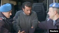Бывший капитан Франческо Скеттино в наручниках