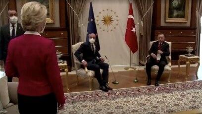 Fotografija sa snimka na kojoj predsjednica Evropske komisije stoji dok predsjednik Evropskog savjeta i Turske sjede, Ankara, 6. april. 2021. godine