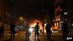 Сотрудники полиции перекрывают улицу. Вашингтон, 30 мая 2020